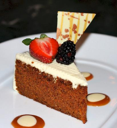 Swann Lounge & Cafe: Carrot cake with cream cheese frosting