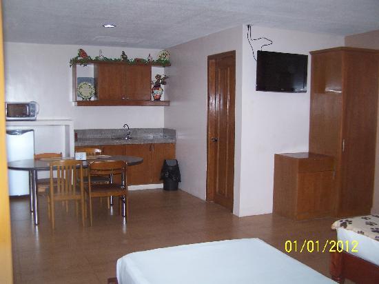 Elegant Star Apartelle: Small Kitchen Area