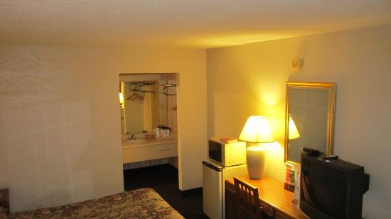 Americas Best Value Inn & Suites: Room