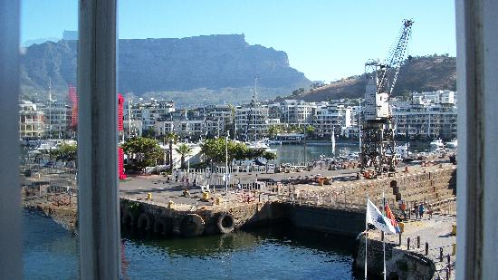 Victoria & Alfred Hotel: View from room 201 window to Table Mountain