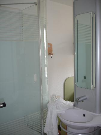 Ibis Budget Dresden City: Sink and shower