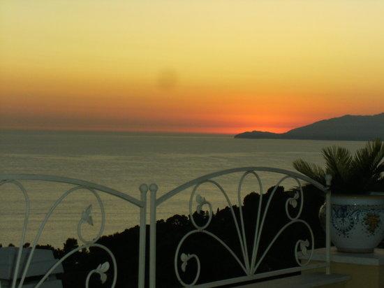 Villa Mimosa Maison Deluxe B&B: tramonto Sunset from Villa Mimosa