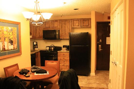 Marriott's Mountain Valley Lodge at Breckenridge: View of the kitchen from the lounge area.