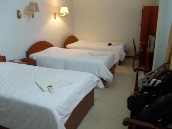 Mom's Guesthouse: Triple Room with A/C $25