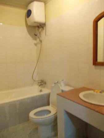 Mom's Guesthouse: Hot and Cold Shower