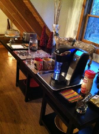 Mountain Horse Farm Bed and Breakfast and Spa: keurig and snacks set up upon our arrival