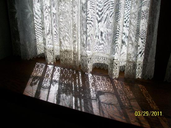 Laurel Lodge: Lacy curtains in the afternoon sunshine