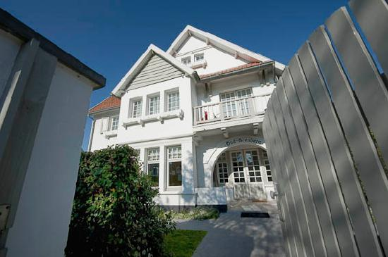 Oud Arenberg B&B : Front view of the classic Zoute style villa