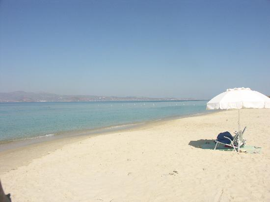 3 Brothers Hotel: La plage devant le matin....