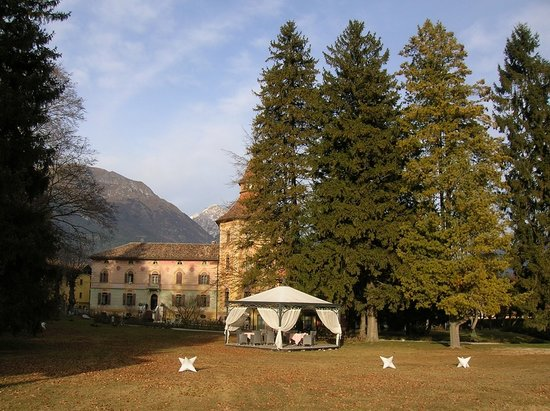 Comano Terme, Italie : L'hotel visto dal parco