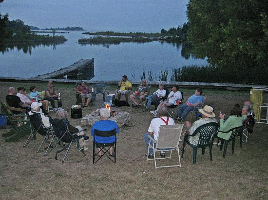 Cedar Lodge Resort: Night camp fire at West Harbor