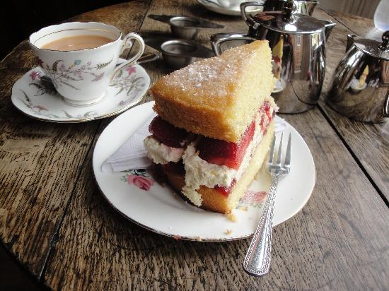 Victoria House: Scrummy cake and tea!