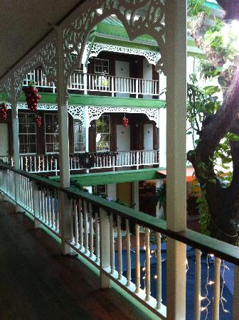 Cara Lodge: view of the covered central courtyard with ancient mango tree