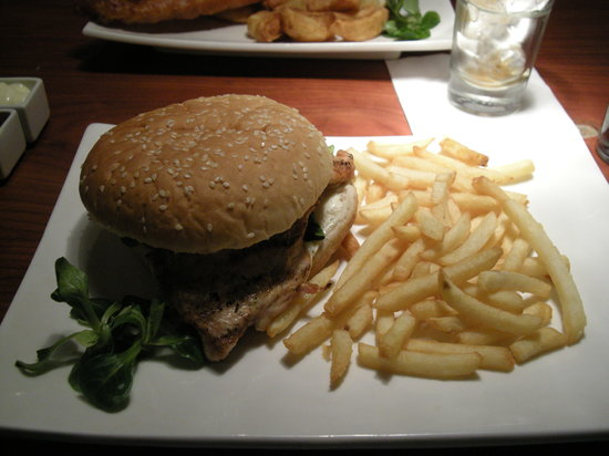 Candy Kitchen and Bar: A very well filled chicken burger!