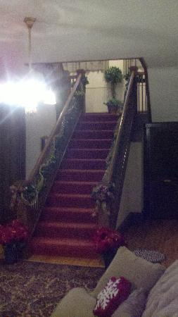 1840 Inn on the Main Bed and Breakfast: Staircase