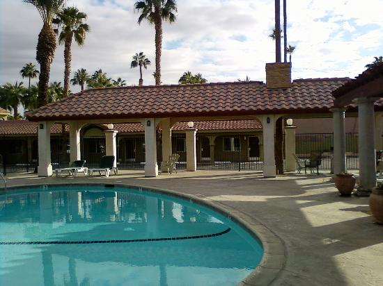 Regency Inn & Suites: Pool area; wish we could have stayed longer to enjoy it.
