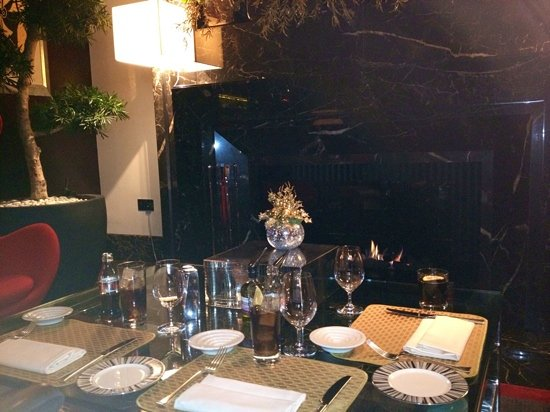 Four Seasons Hotel London at Park Lane: Meal in Lounge in front of fire place