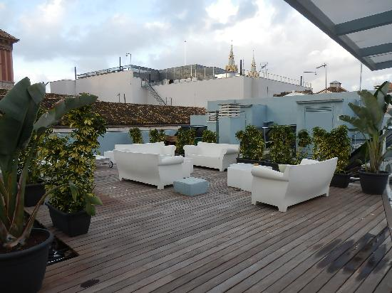 Oasis Backpackers' Hostel Malaga: Sun Beds on the roof