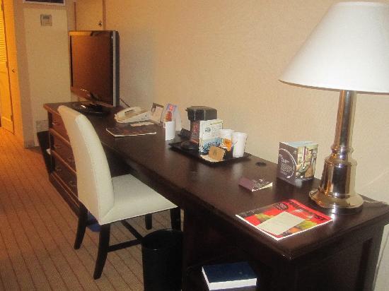 Sheraton Mahwah Hotel: desk area