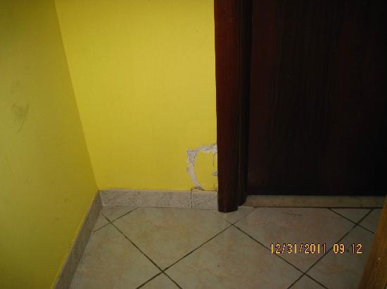 โรงแรมมาริ2: these is the condition most of the hotel is. They said it is historical building.  Ja ja ja