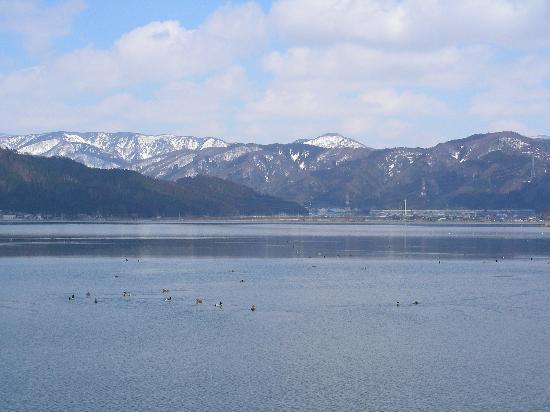 Nagahama, Japón: 湖畔から比良山地を望む