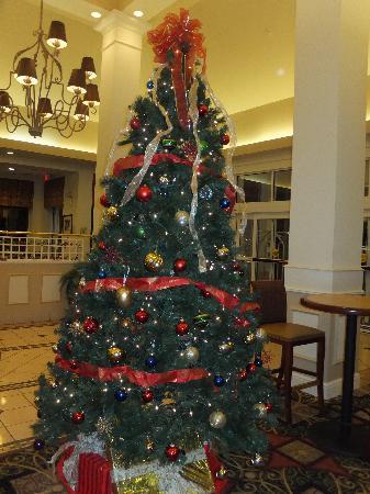 Hilton Garden Inn Kennett Square: Christmas Tree in Lobby