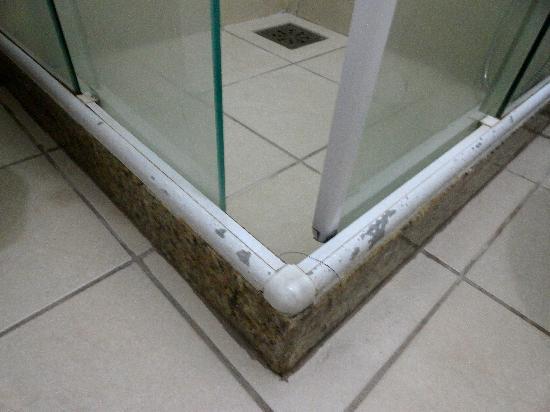 Rios Presidente Hotel: Dusch Boden