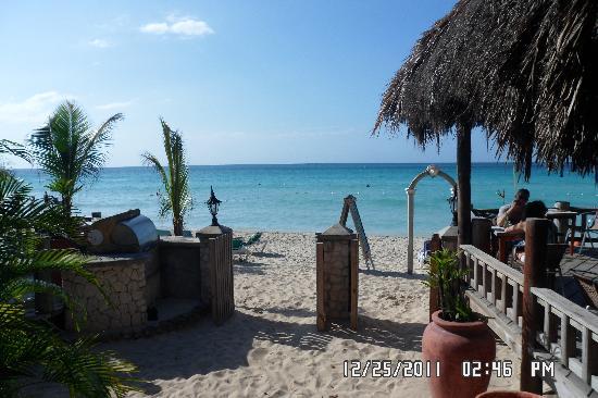 Kuyaba Hotel & Restaurant - Negril: Entering the beach