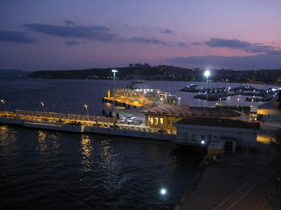 Hotel Limani: Night view over the port