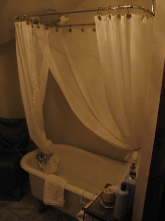 Beall Mansion An Elegant Bed & Breakfast Inn: Elegant claw tub and shower...