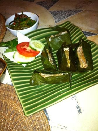 Kecak Bali: ダックのミンチをバナナの皮で包んだもの