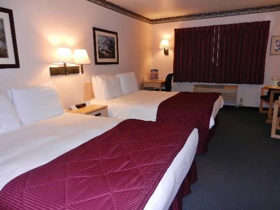 Garibaldi House Inn & Suites: Two queen beds