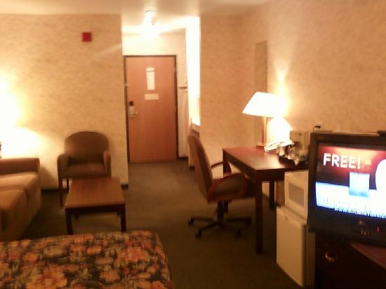 Colfax Inn: Overview of the room (sorry pics done by my cell)