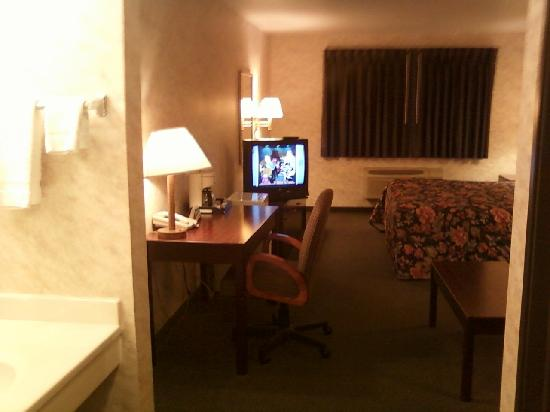 Colfax Inn: Overview of room (sorry pics done by my cell)