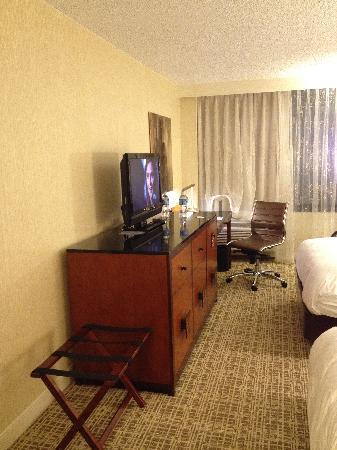 Renaissance Chicago North Shore Hotel: TV