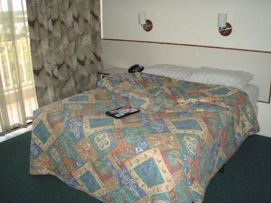 Acacia Court Hotel: QS bed