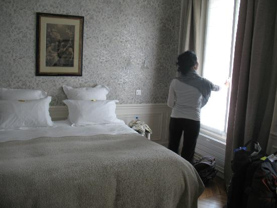 Courcelles-Parc: Eiffel Tower Room - opening the windows!