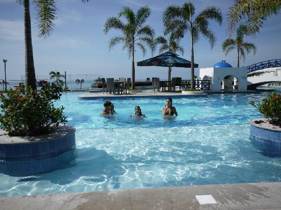 San Fernando La Union, Filipinas: enjoying the pool