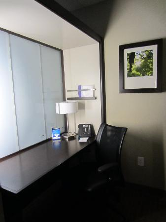 SpringHill Suites Toronto Vaughan : The work station
