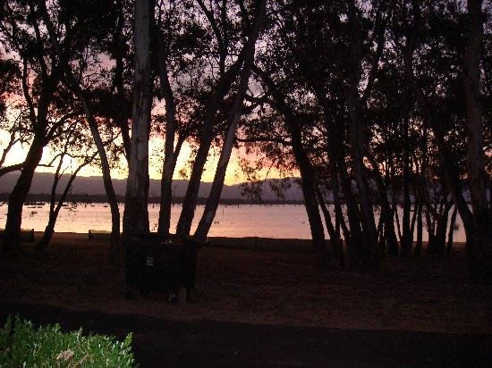 Lake Fyans Holiday Park: Cabin - Lake night view