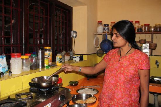 Villa Prakriti Homestay: Meena's is showing Indian cooking