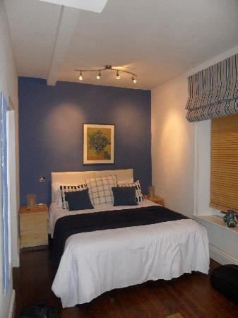 Brookside Villa B&B: The bed in room 1