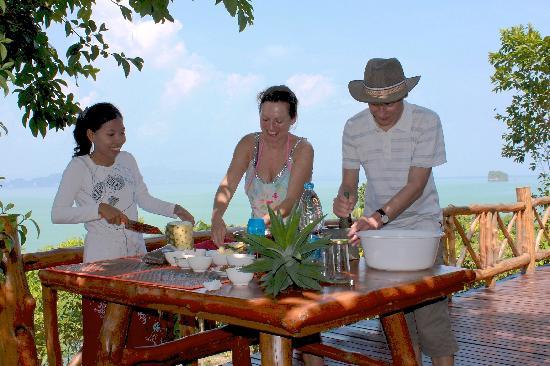 Esmeralda View Resort: Thailändisch Kochen mit der Besitzerin Pond (links)