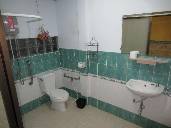 Phuket Airport Hotel: Bathroom