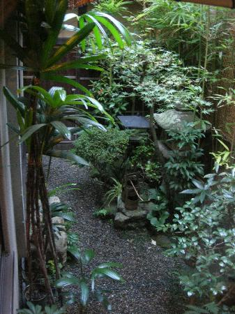Ryokan Nakajimaya: the small garden