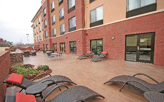 Fairfield Inn & Suites Charlotte Matthews: Outside Patio with Fire Pit and Grill