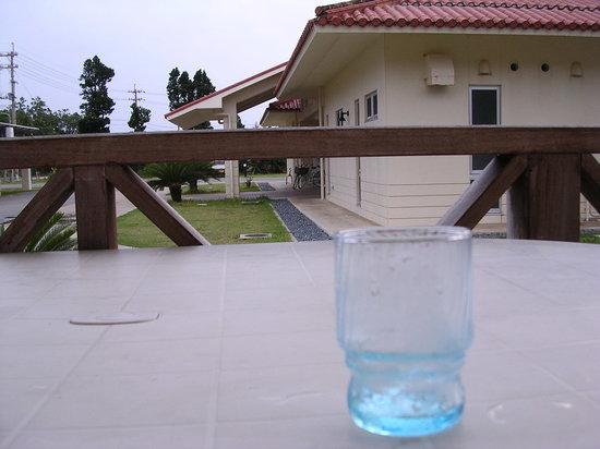 Tarama-son, Japon : テラスで泡盛を飲みながら