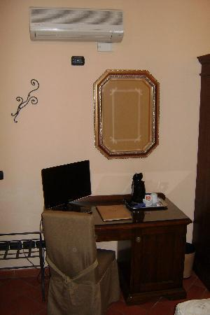 Hotel Caravaggio: Le bureau et la télé