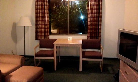 Quality Inn Tigard: Table and Chairs and View
