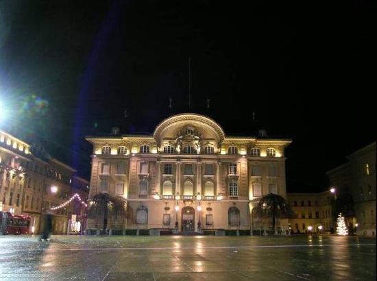 Bundesplatz (plaza del Bundeshaus,palacio federal) con el  edificio  del Banco Nacional Suizo